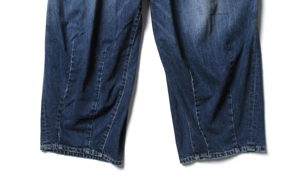 ヒザデルパンツ裾のダーツ