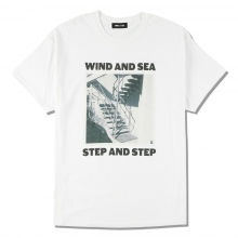 WIND AND SEA / ウィンダンシー | WDS (STEP AND STEP) PHOTO T-SHIRT - White ☆